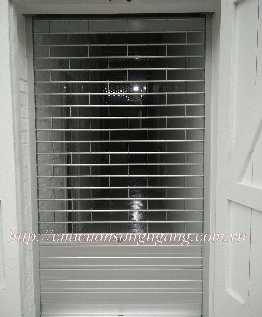 Thân cửa bằng inox 304 có độ cứng cao, tăng khả năng bảo vệ công trình. Ống lồng ống phi 19 + phi 22.