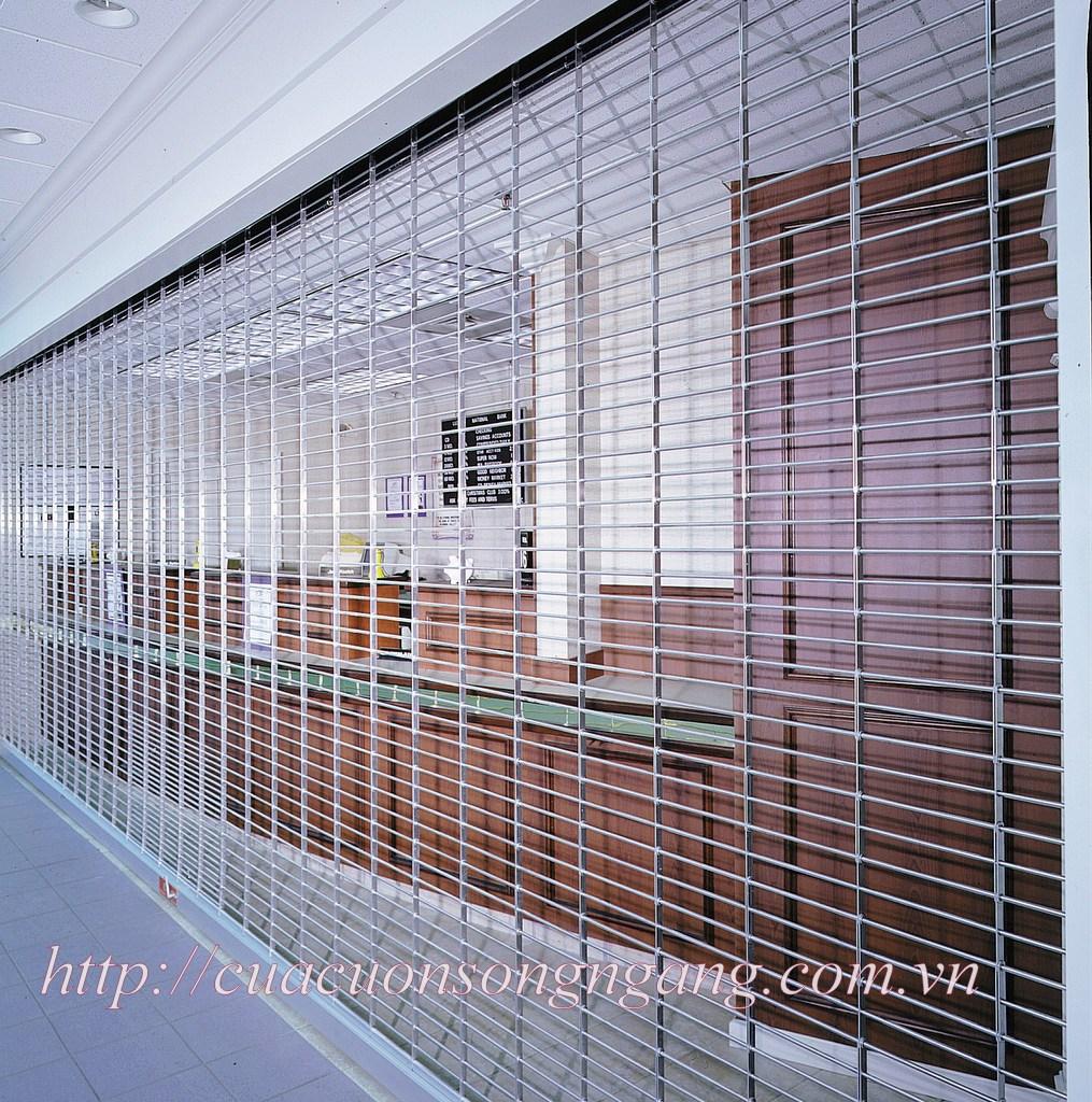 Thân cửa bằng inox 304 có độ cứng cao, tăng khả năng bảo vệ công trình
